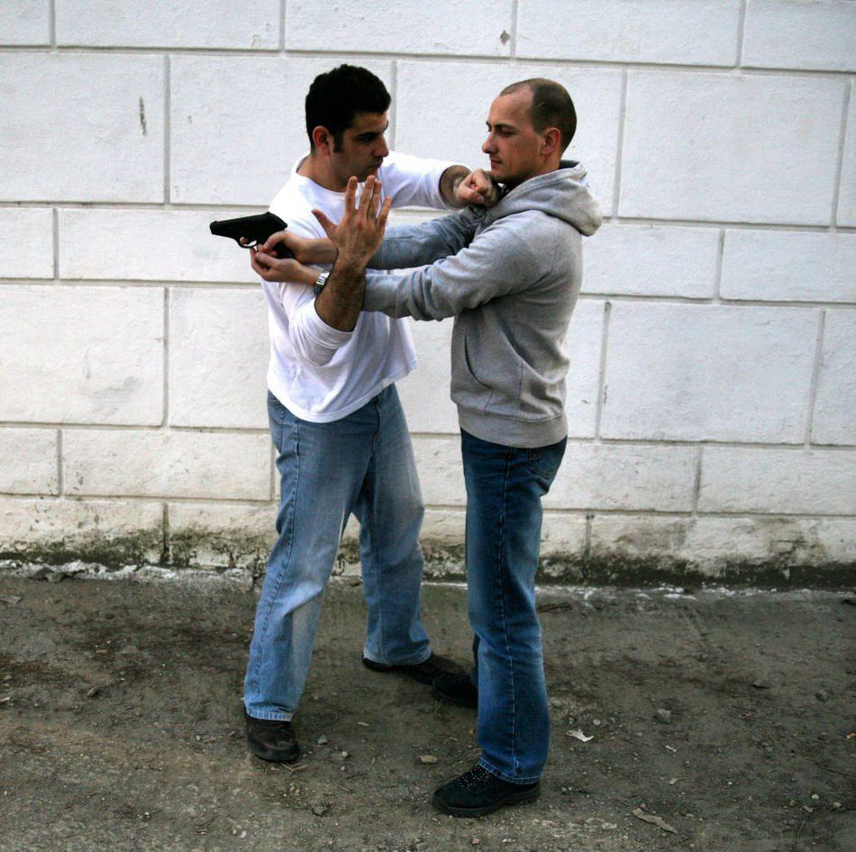 Onn and László: defense to the gun threat from the back (hagana neged iyum ekdach meachor) in Cluj-Napoca, Romania, in 2007.