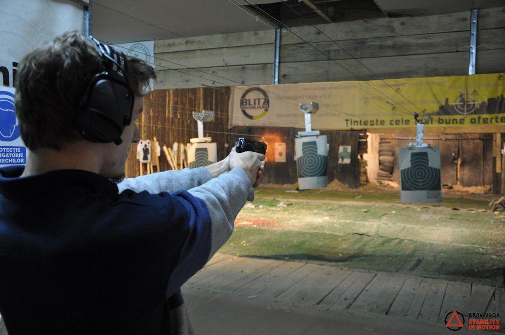 Trageri cu pistolul în poligon